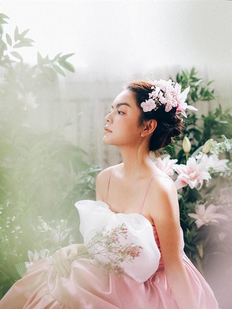 Phạm Quỳnh Anh tiếp tục khiến fan xiêu lòng khi khoe nhan sắc không tuổi bên hoa-11