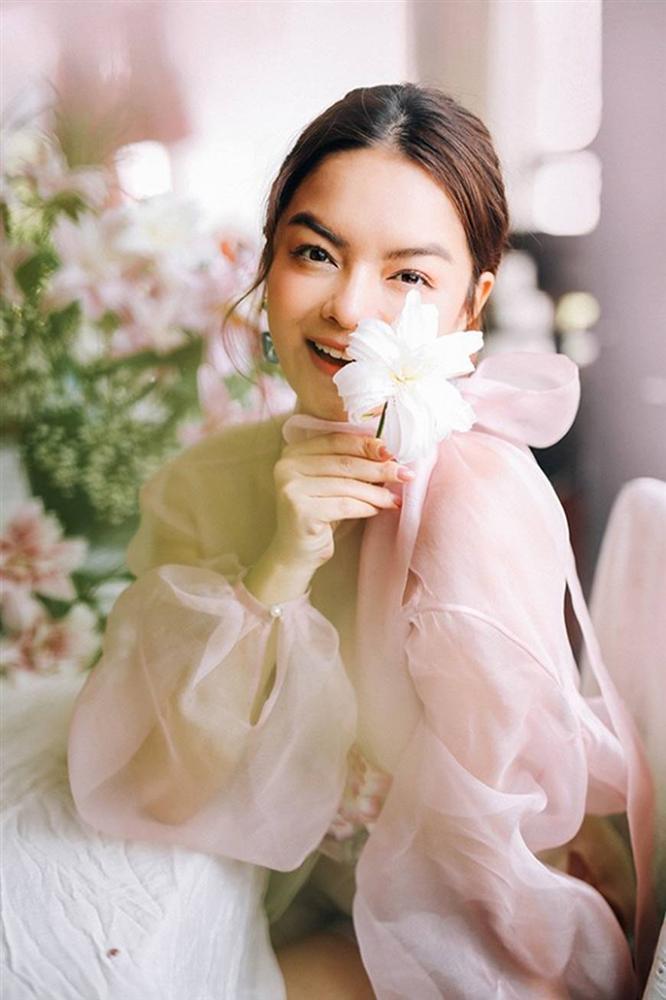 Phạm Quỳnh Anh tiếp tục khiến fan xiêu lòng khi khoe nhan sắc không tuổi bên hoa-12