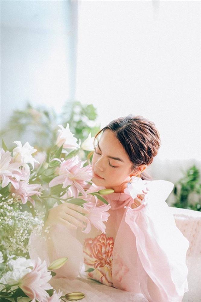 Phạm Quỳnh Anh tiếp tục khiến fan xiêu lòng khi khoe nhan sắc không tuổi bên hoa-13