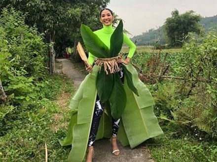 Mừng Halloween, Hoàng Thuỳ 'chơi lớn' mặc trang phục dân tộc bằng lá chuối