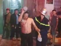 Cảnh sát trèo tường cứu 3 người trong đám cháy lúc rạng sáng
