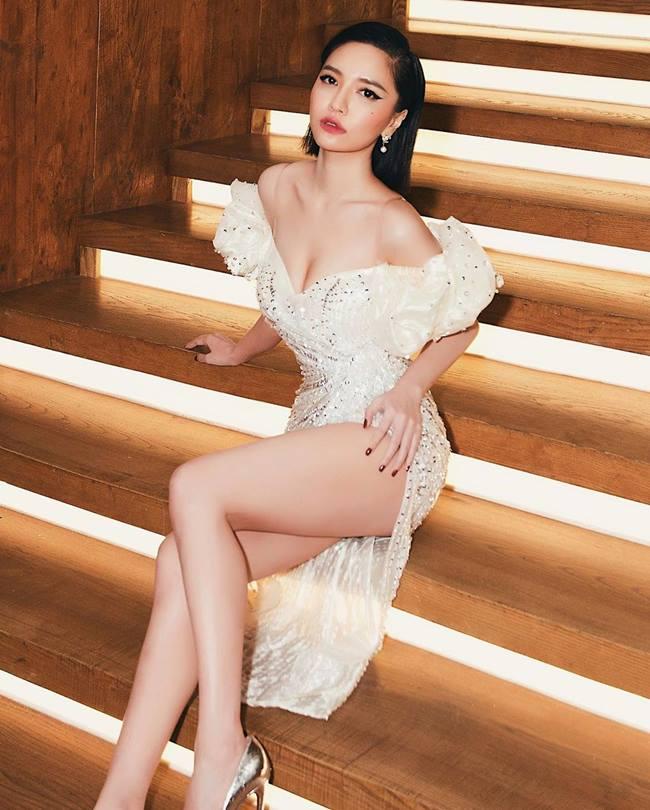 Tiểu Vy, Lý Nhã Kỳ, Ngân 98 gượng gạo, phát khổ vì phải dùng tay chắn váy xẻ cao-5