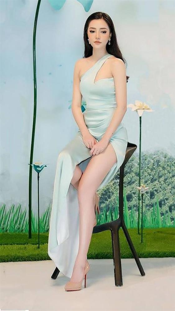 Tiểu Vy, Lý Nhã Kỳ, Ngân 98 gượng gạo, phát khổ vì phải dùng tay chắn váy xẻ cao-7