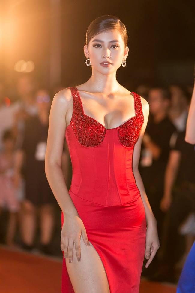 Tiểu Vy, Lý Nhã Kỳ, Ngân 98 gượng gạo, phát khổ vì phải dùng tay chắn váy xẻ cao-9