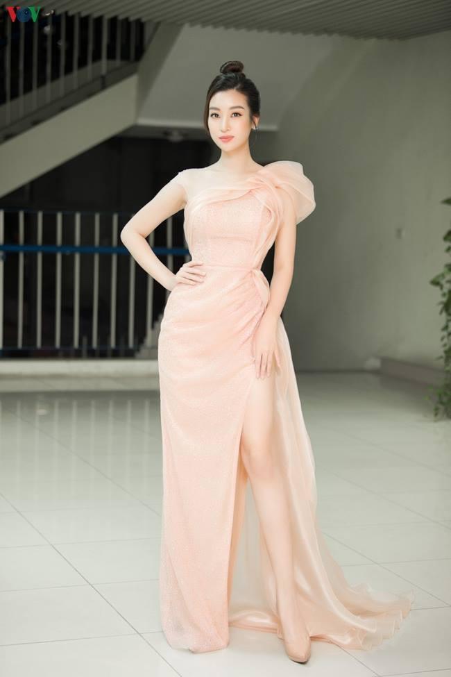 Tiểu Vy, Lý Nhã Kỳ, Ngân 98 gượng gạo, phát khổ vì phải dùng tay chắn váy xẻ cao-13