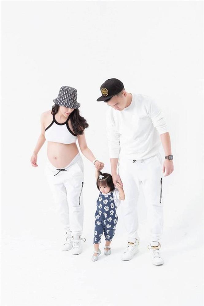 Mừng con gái 1 tuổi, Diệp Lâm Anh hiếm hoi tung bộ ảnh đủ mặt thành viên gia đình, toàn nhan sắc cực phẩm-1