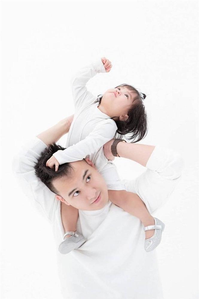 Mừng con gái 1 tuổi, Diệp Lâm Anh hiếm hoi tung bộ ảnh đủ mặt thành viên gia đình, toàn nhan sắc cực phẩm-3