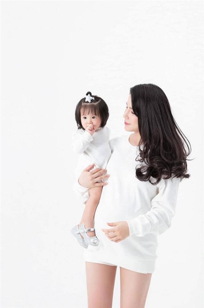 Mừng con gái 1 tuổi, Diệp Lâm Anh hiếm hoi tung bộ ảnh đủ mặt thành viên gia đình, toàn nhan sắc cực phẩm-4