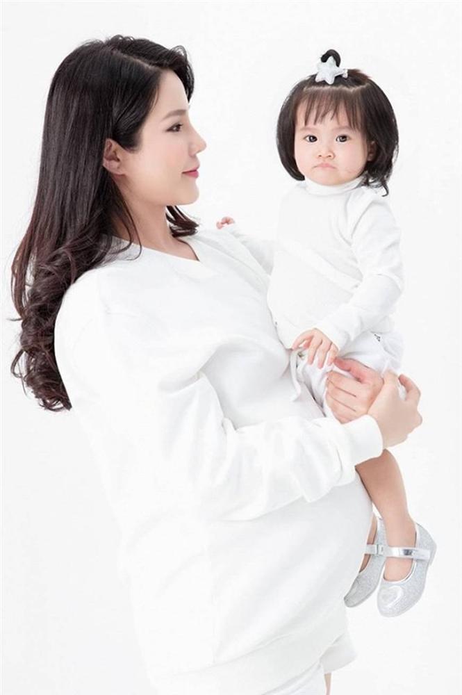 Mừng con gái 1 tuổi, Diệp Lâm Anh hiếm hoi tung bộ ảnh đủ mặt thành viên gia đình, toàn nhan sắc cực phẩm-5