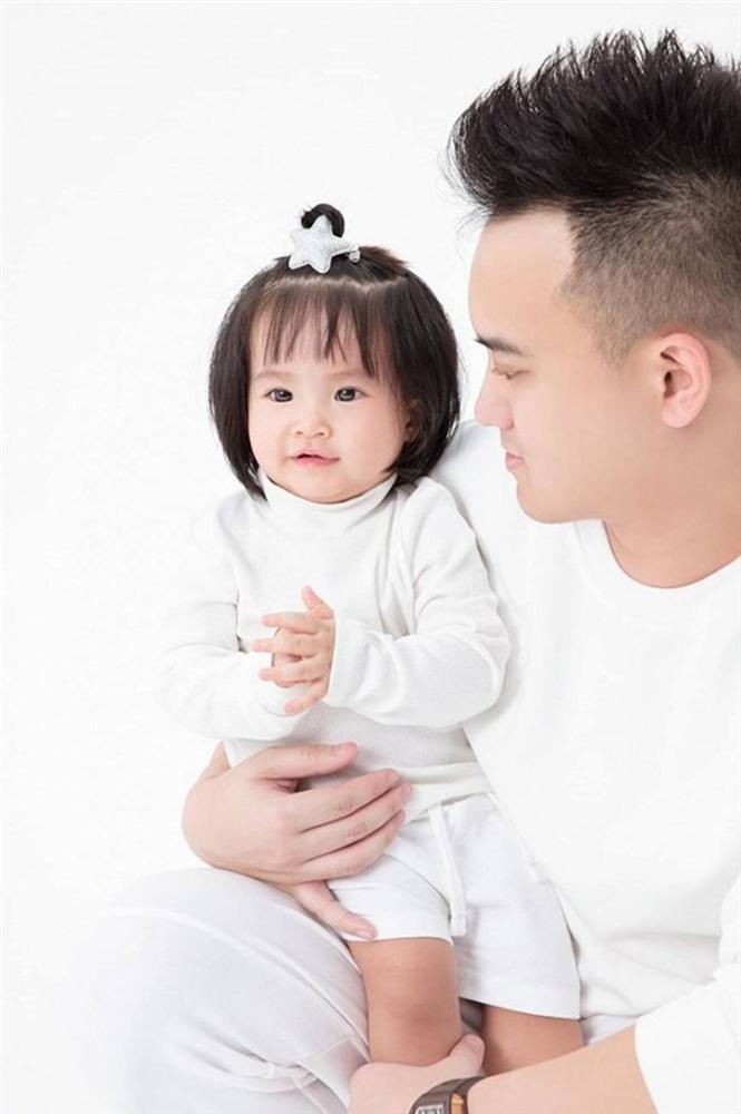 Mừng con gái 1 tuổi, Diệp Lâm Anh hiếm hoi tung bộ ảnh đủ mặt thành viên gia đình, toàn nhan sắc cực phẩm-6