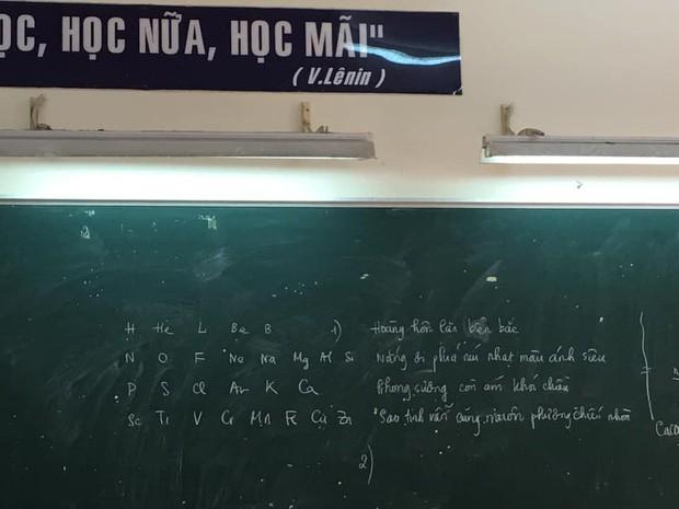 Đến tiết học Hóa nhưng thầy lại viết thơ bắt học trò phân tích, tưởng nhầm ai ngờ đây là mẹo nhớ dai-1