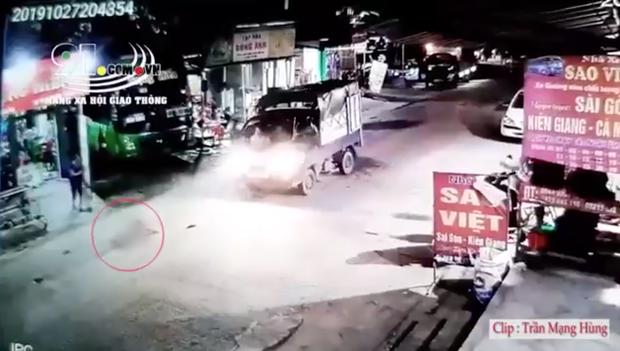 Clip: Kinh hãi cảnh bé gái chạy sang đường đột ngột bị xe tải tông trực diện, văng ra xa nhiều mét-1