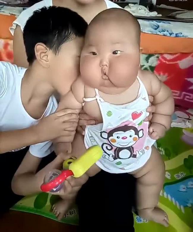 Gửi con trai 1 tuổi cho bà nội chăm sóc, sau nửa năm ngoại hình của bé thay đổi bất ngờ-3
