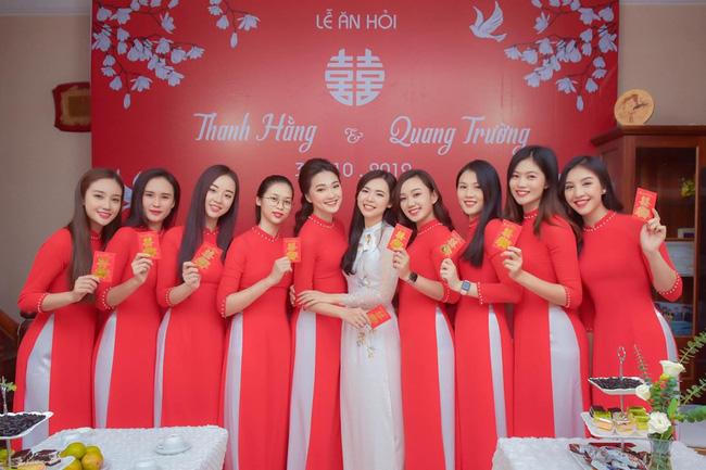 """Bức ảnh ăn hỏi gây bão"""" của đám cưới người nổi tiếng, dàn nữ bê tráp hóa ra lại toàn cực phẩm từ các cuộc thi Hoa hậu thế này-5"""