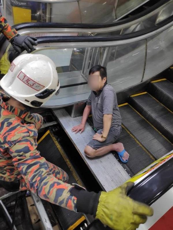 Mang dép lê đi siêu thị, người đàn ông 49 tuổi bị thang cuốn nuốt chửng chân phải-1
