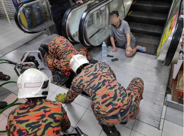 Mang dép lê đi siêu thị, người đàn ông 49 tuổi bị thang cuốn nuốt chửng chân phải-2