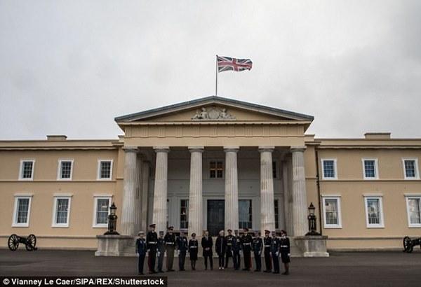 Thông tin đặc biệt về con trai Mr Bean: Là trung uý trong quân đội Anh, ngoại hình giống hệt bố-6