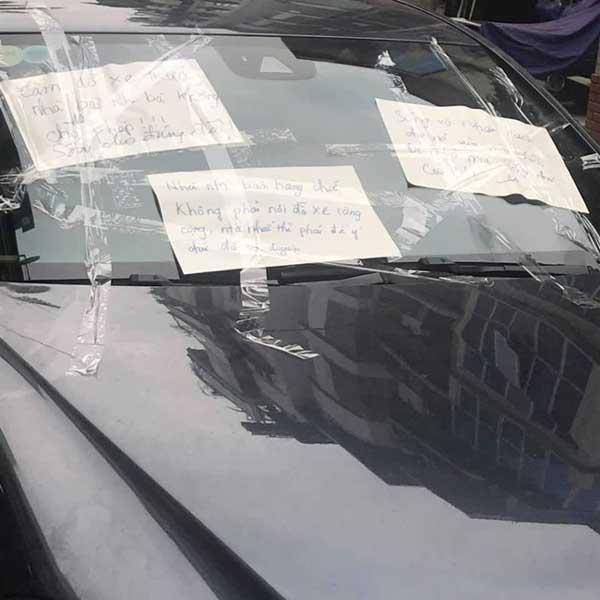 Đỗ xe trước cửa nhà người khác, tài xế muối mặt khi nhận ngay lời nhắn cực gắt của gia chủ-1