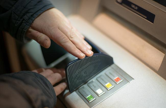 Cảnh báo: 3 nguy cơ luôn rình rập khi để tiền trong thẻ ATM ai cũng cần biết-2