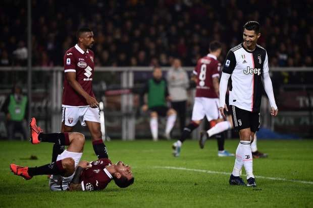Bị Ronaldo chạm yêu, cầu thủ Ý bù lu bù loa, ăn vạ như thể vừa dính đòn chí mạng-1