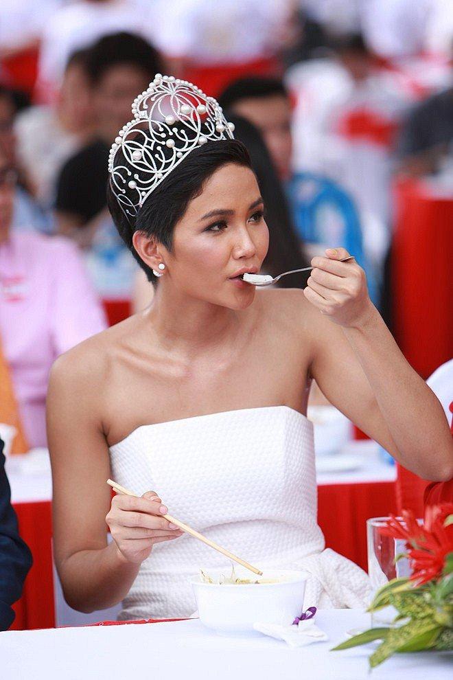 Hoa hậu nghèo nhất Việt Nam chia sẻ mâm cơm, chứng minh bản thân không giản dị-17