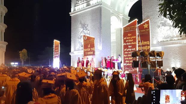 Choáng trước cảnh trường người ta bắn pháo hoa trong lễ tốt nghiệp, nhưng chiếc cổng siêu to khổng lồ còn gây sốt hơn-1