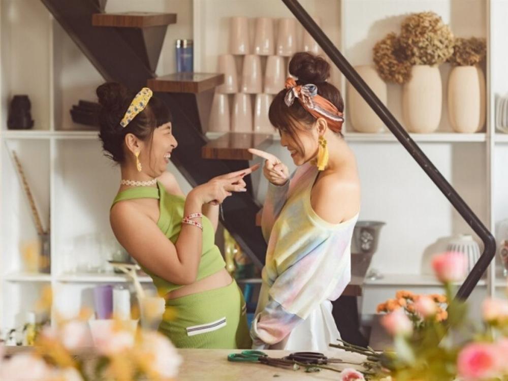 Phạm Quỳnh Anh hóa gái ế, tán tỉnh trai trẻ trong MV mới-1