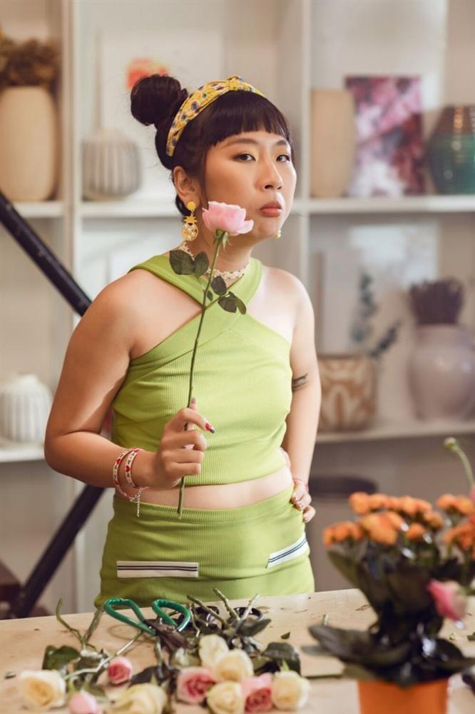 Phạm Quỳnh Anh hóa gái ế, tán tỉnh trai trẻ trong MV mới-5