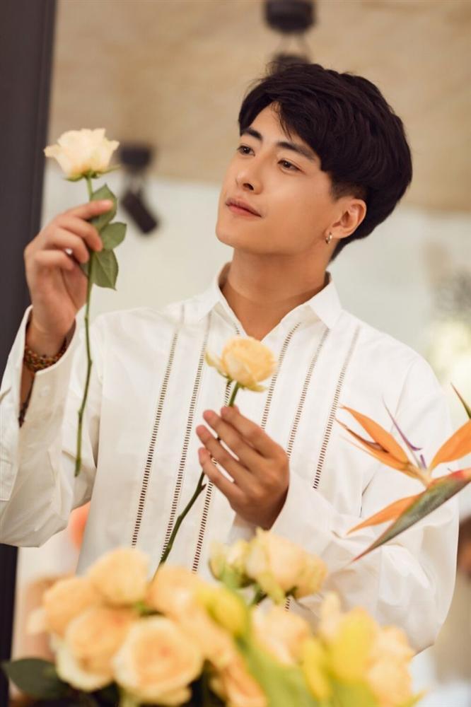 Phạm Quỳnh Anh hóa gái ế, tán tỉnh trai trẻ trong MV mới-6