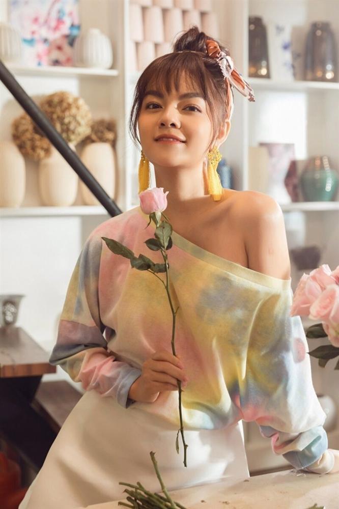 Phạm Quỳnh Anh hóa gái ế, tán tỉnh trai trẻ trong MV mới-9