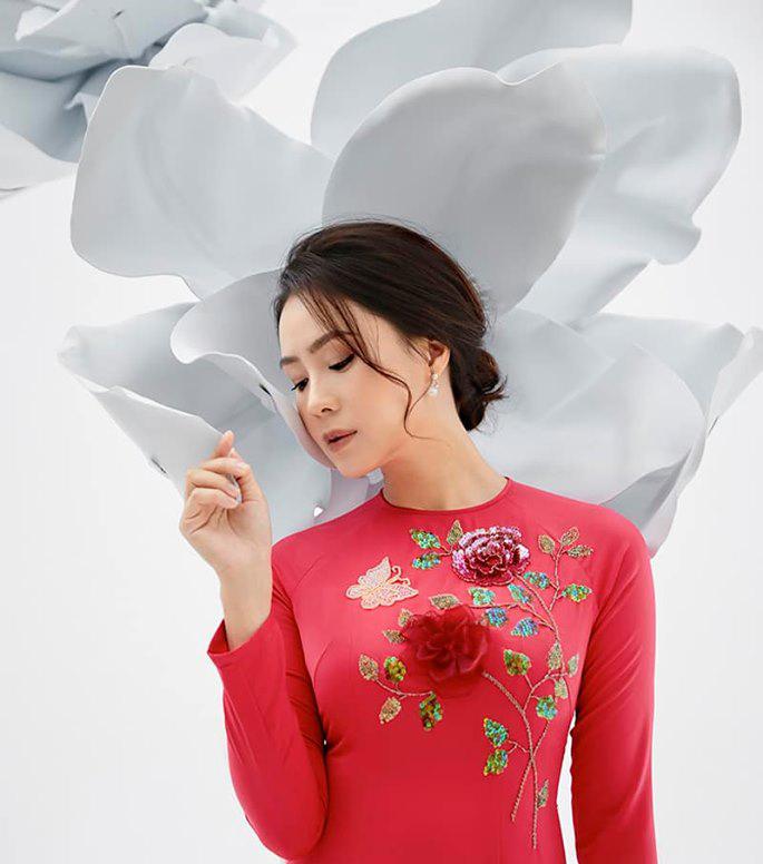 Nhan sắc đời thật khác trên phim của Khuê Hoa hồng trên ngực trái-4