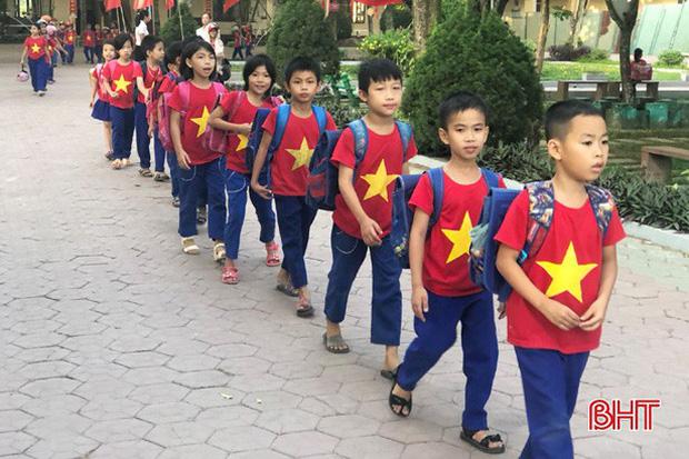 """Xếp hàng đón con"""" lan tỏa đến hơn 140 trường học ở Hà Tĩnh-1"""