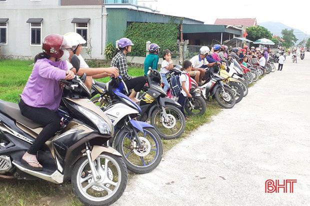 """Xếp hàng đón con"""" lan tỏa đến hơn 140 trường học ở Hà Tĩnh-2"""