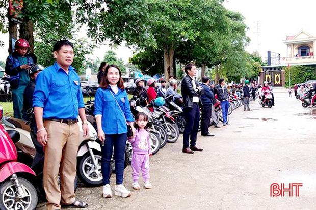 """Xếp hàng đón con"""" lan tỏa đến hơn 140 trường học ở Hà Tĩnh-3"""