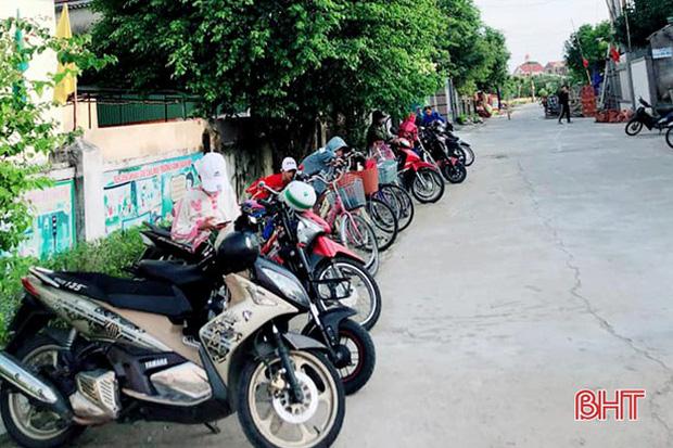 """Xếp hàng đón con"""" lan tỏa đến hơn 140 trường học ở Hà Tĩnh-4"""