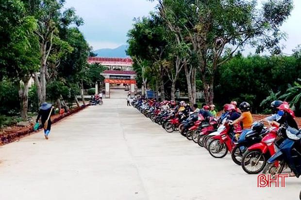 """Xếp hàng đón con"""" lan tỏa đến hơn 140 trường học ở Hà Tĩnh-5"""