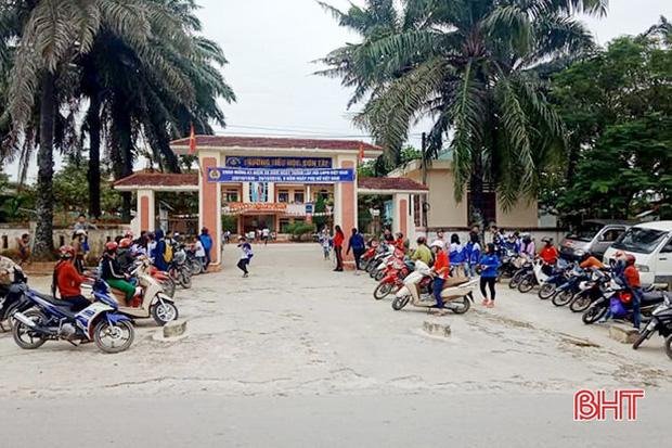 """Xếp hàng đón con"""" lan tỏa đến hơn 140 trường học ở Hà Tĩnh-6"""