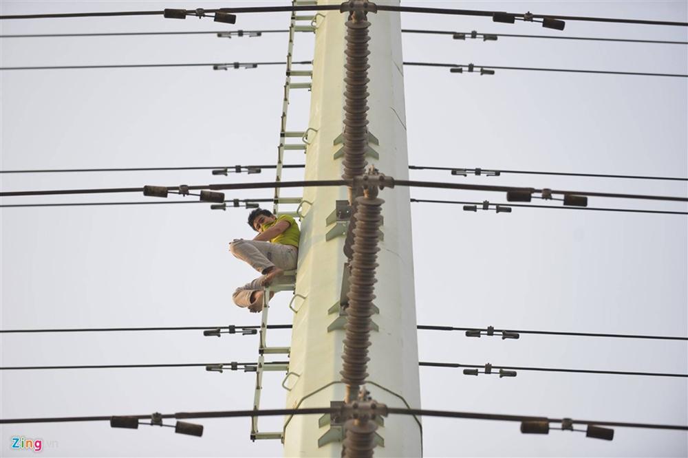 Nam thanh niên cố thủ trên cột điện cao thế-1