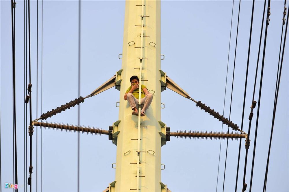 Nam thanh niên cố thủ trên cột điện cao thế-2