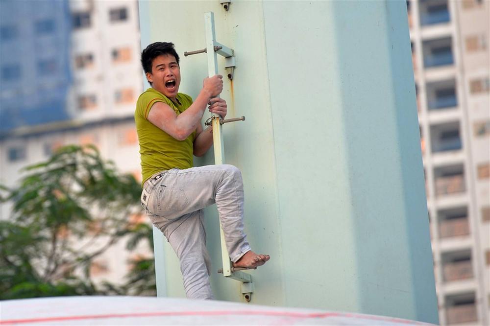 Nam thanh niên cố thủ trên cột điện cao thế-10