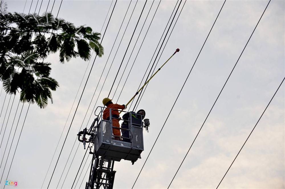 Nam thanh niên cố thủ trên cột điện cao thế-8