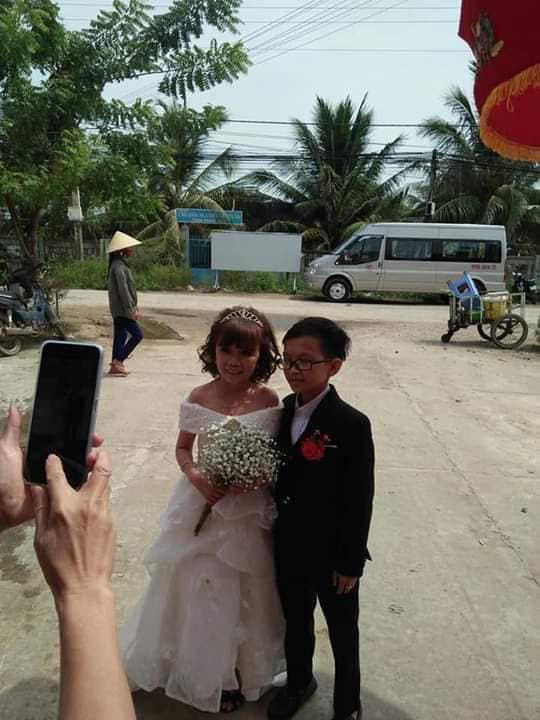 """Đám cưới của cặp đôi tí hon từng bị nhầm là con nít ranh"""" chính thức tổ chức tại quê nhà, vẻ lạ lẫm của cô dâu mới khiến MXH chú ý-1"""