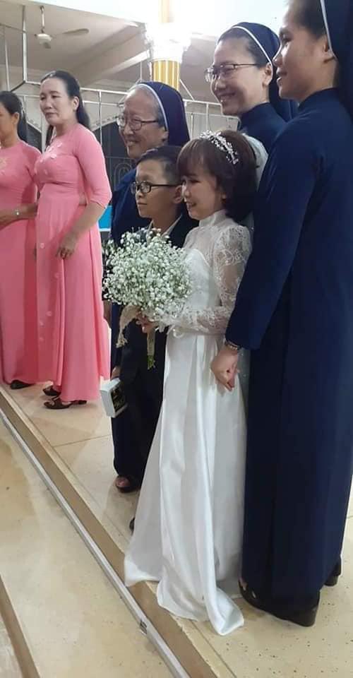 """Đám cưới của cặp đôi tí hon từng bị nhầm là con nít ranh"""" chính thức tổ chức tại quê nhà, vẻ lạ lẫm của cô dâu mới khiến MXH chú ý-3"""