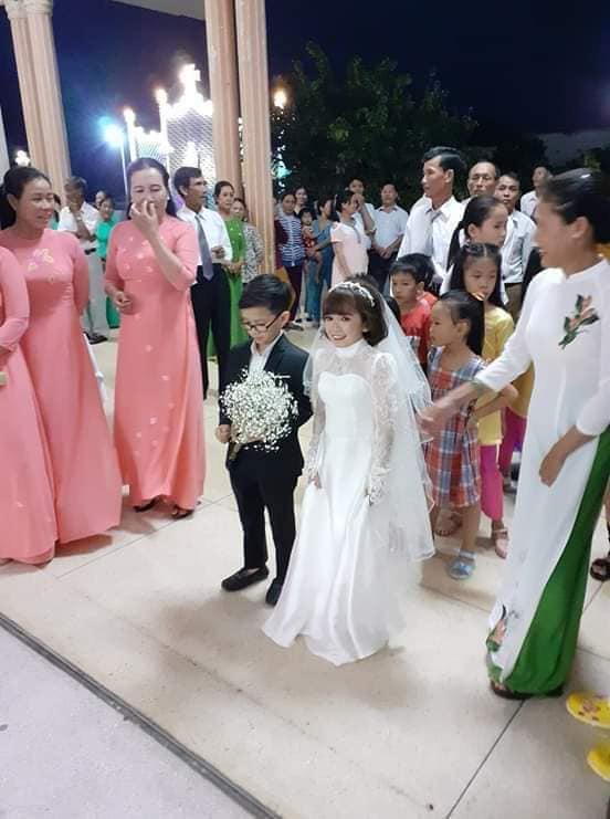 """Đám cưới của cặp đôi tí hon từng bị nhầm là con nít ranh"""" chính thức tổ chức tại quê nhà, vẻ lạ lẫm của cô dâu mới khiến MXH chú ý-4"""