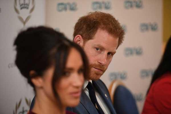 Meghan Markle bị cáo buộc lợi dụng chồng để đối phó với sự soi mói của truyền thông và chống lại Hoàng gia Anh-1