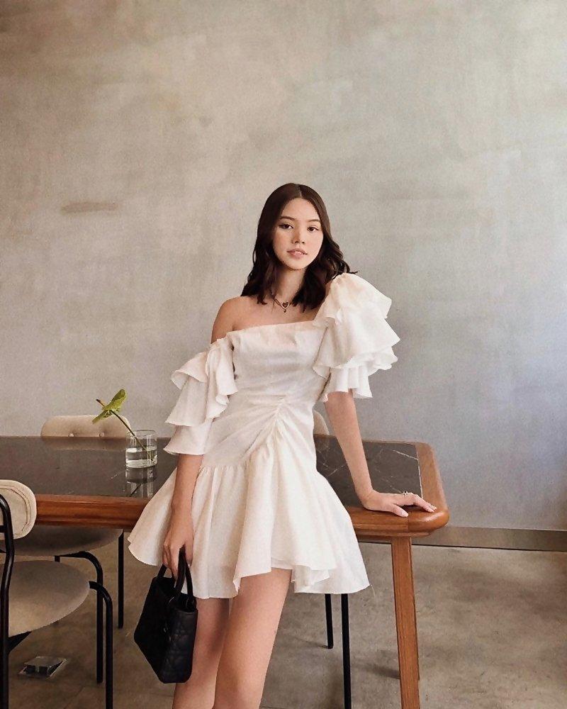 Đào Bá Lộc khoe street style như bán vé số - Linh Ka mặc áo 1 gang khoe eo thon như Ngọc Trinh-4