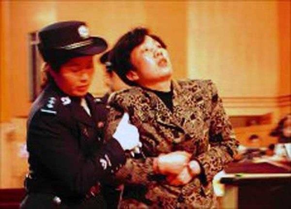 Nữ phó giám đốc quan hệ với 40 sếp để thăng tiến, vào tù vẫn lên giường với quản ngục-2