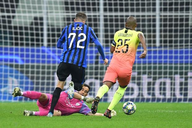 Ngày đen đủi của nhà vô địch nước Anh tại Champions League: Thủ môn số 1 chấn thương, thủ môn thứ 2 vào thay rồi ăn thẻ đỏ-3