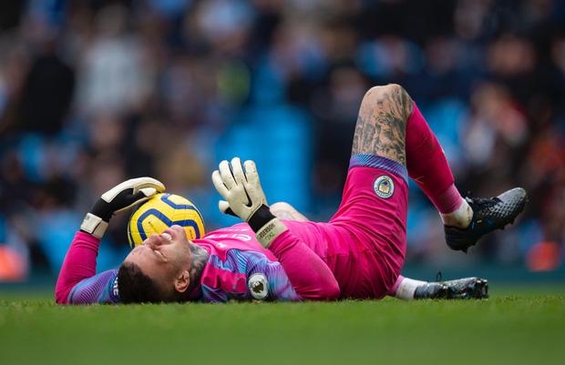 Ngày đen đủi của nhà vô địch nước Anh tại Champions League: Thủ môn số 1 chấn thương, thủ môn thứ 2 vào thay rồi ăn thẻ đỏ-1