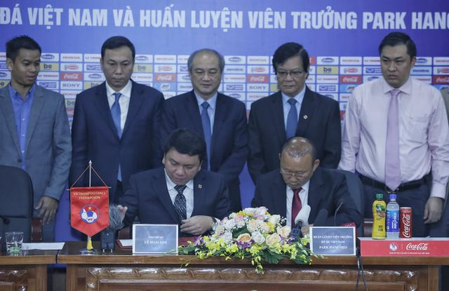 HLV Park Hang Seo chia sẻ xúc động trong ngày gia hạn hợp đồng với VFF-2